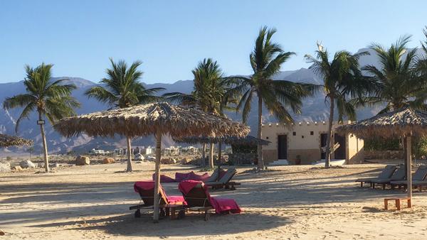 Strand des Jebel Sifah Resort am arabischen Meer